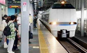 JR福井駅に到着した特急サンダーバード。北陸新幹線開業後も存続を求める声は根強い=2019年7月、福井県福井市
