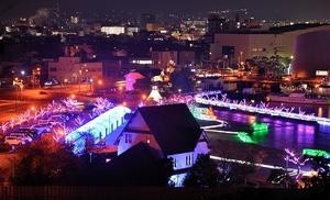 世界糖尿病デーに合わせ、青くライトアップされた人道の港敦賀ムゼウム(手前)=14日夜、福井県敦賀市の金ケ崎緑地