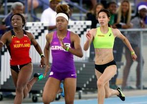 女子100メートルで11秒96をマークした福島千里(右)=ジャクソンビル(共同)