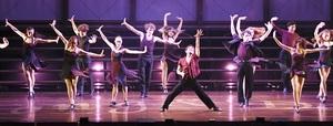 迫力ある踊りと歌声で観客を楽しませた劇団四季の「ソング&ダンス65」=9月17日、福井県福井市のフェニックス・プラザ