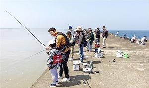 アソビュー・アワード「ゴールド」を受賞した「おさかな集積所おとゝ」の海釣り体験教室=坂井市の三国サンセットビーチ近くの堤防(おとゝ提供)