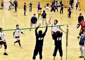 バレーボールをプレーしやすく改良、親しまれているソフトバレーボール=福井市体育館