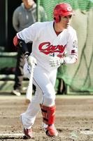 シート打撃で二塁打を放つ広島・西川龍馬=2月5日、宮崎県日南市