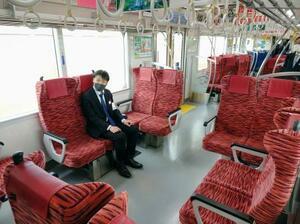 座席を回転してさまざまな用途に対応できる京浜急行電鉄の新造車両=15日午前、京急蒲田駅