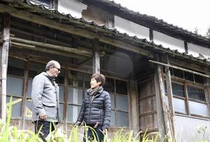 福井市殿下地区の空き家を下見する梶原さん夫婦=23日、同市武周町