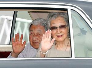 静養先の長野県軽井沢町に向かうため、皇居を出られる上皇ご夫妻=22日午前、東京都千代田区