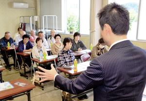 衆議院解散後初の週末、集会であいさつする候補予定者=9月30日、福井県越前市内