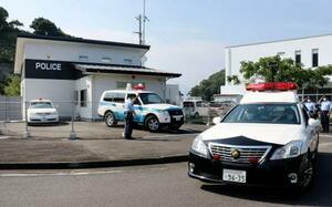 特別警戒本部現地警戒所から警備に向かうパトカー=5日午後、和歌山県太地町