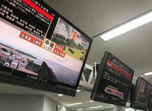 ミサイル発射の情報が表示された各放送局のテレビ画面=29日早朝