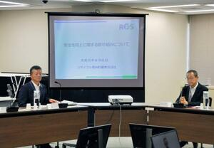 原子力規制委の更田委員長(右)と意見交換する「リサイクル燃料貯蔵」の坂本隆社長=6日午前、東京都港区