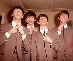 ビートルズのポール・マッカートニーさん(左端)らメンバー。右端はジョン・レノンさん(ゲッティ=共同)