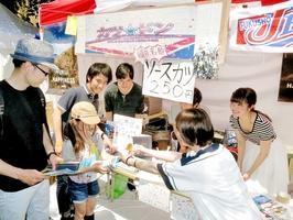 藤島高同窓生が出店したブースで、ソースカツを販売する学生たち=20日、東京都文京区の東京大・本郷キャンパス