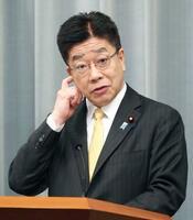 記者会見する加藤官房長官=22日、首相官邸
