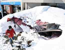 雪の重みでつぶれたカーポート=9日、福井市丸山2丁目