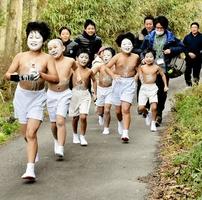 講宿を目指し山道を駆け下りる子どもたち=11日、福井県敦賀市