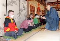 高浜出身の高僧 釈宗演の精神 訪ね学ぶ 生誕地で20人ツアー 外国人ら座禅体験