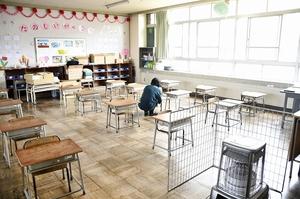 児童たちを受け入れている学校の教室。机は間隔を空けて並べ、窓は開けたままにして寒い日はストーブを使う=4月21日、福井県福井市内