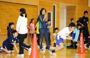 陸上の市川華菜さん(中央)を招き、小学生に速く走るコツを教えた「ハピスポ14」=8日、福井市体育館
