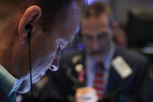 ニューヨーク証券取引所のトレーダー=14日(ロイター=共同)