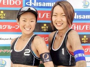 優勝した村上めぐみ(左)、石井美樹組=茨城県の大洗サンビーチ