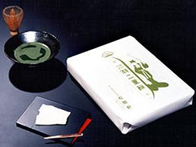 昔ながらの製法を守り続ける羽二重餅。夏の手かき氷も人気