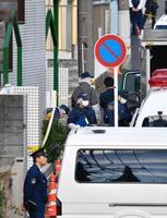 9人の切断遺体が見つかった現場のアパート付近を調べる捜査員=1日午後、神奈川県座間市