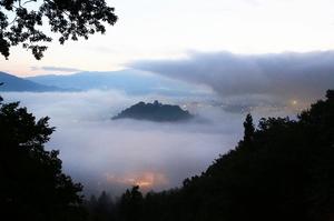 雲海に包まれ、幻想的な光景を生み出す「天空の城」越前大野城=9日午前5時5分ごろ(福井県大野市犬山から加藤幸洋さん撮影)