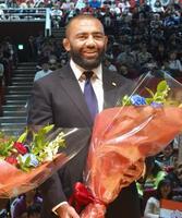 母校東海大でのイベントに参加し花束を受け取るラグビー日本代表のリーチ・マイケル=29日午後、神奈川県平塚市