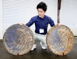 福井県福井市が売却する使わなくなったマンホールのふた=7月22日、同市内