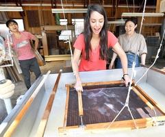越前和紙を巡る産地ツアーで本格的な紙漉きを体験する参加者=28日、福井県越前市の梅田和紙
