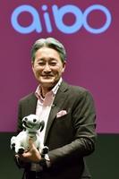 1日、犬型ロボット「aibo」の発売を発表するソニーの平井一夫社長。好調な半導体事業で9月中間決算は過去最高を記録した。