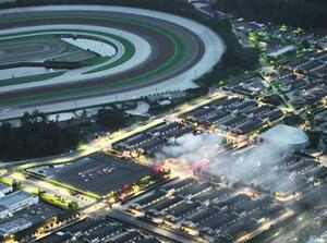 火災で煙を上げるJRA栗東トレーニングセンターの厩舎=14日午後7時8分、滋賀県栗東市(共同通信社ヘリから)
