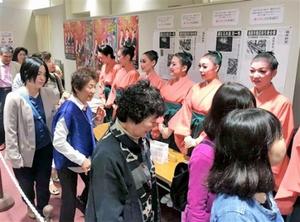 公演終了後、蓬莱町火災に対する募金を呼び掛けるOSKのメンバー=大阪市の近鉄アート館
