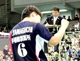 優勝を決め、小さくガッツポーズする山口茜(再春館製薬所)=東京都の駒沢体育館