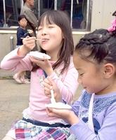 いちほまれを試食し、甘さを味わう子どもたち=29日、福井市の県農業試験場