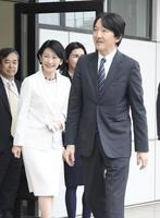 26日、チリ・サンティアゴの空港に到着された秋篠宮ご夫妻(共同)