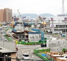 2023年春の敦賀開業に向けて工事が進む北陸新幹線の高架橋。今回の衆院選では新幹線を巡る論戦が盛り上がっていない=19日、福井市高柳1丁目