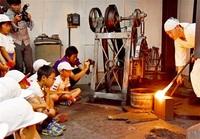 刀鍛冶に興味津々 越前町糸生小児童 地元の工房見学