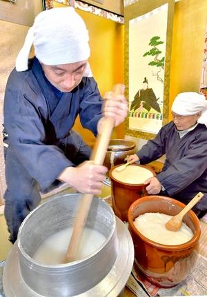 伝統の「糊炊き」親子で熟練の技