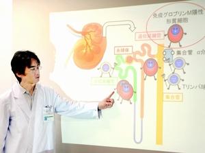 共同研究で発見した新たなタイプの腎炎について説明する高橋助教=7日、永平寺町の福井大医学部附属病院