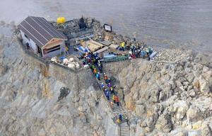 登山道の規制が解除され、遺族らが到着した御嶽山の山頂=26日午前(共同通信社ヘリから)