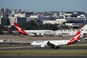 空港でのカンタス航空機=3月、シドニー(ロイター=共同)