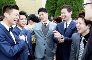 仲間と集まり、笑顔を見せる栗原陵矢捕手(中央)=8日、福井市のフェニックス・プラザ前