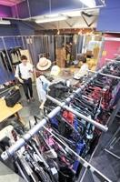 雑然とした1階フロア。ギャル風ファッションを取り扱っていた当時の店の雰囲気が残る