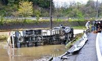 水田にタンク車転落 国8が9時間半不通 あわら、2人軽傷