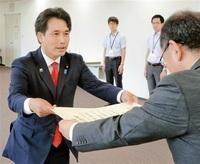 滝波氏に当選証書 参院選、県選管が付与