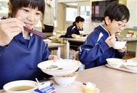 アジメドジョウ古里の味 大野・和泉小中 20人、給食で堪能 みんなで読もう