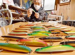 ずらりと並んだ手作りルアー=1月22日、福井県福井市
