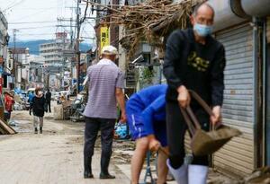 豪雨による被害が大きかった熊本県人吉市。市街地では多くの人が泥や家財道具の後片付けに追われていた=8日午前11時37分