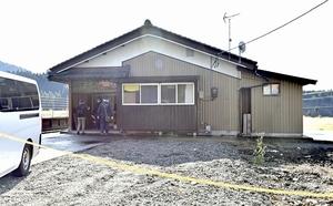 室坂一美容疑者の自宅を調べる捜査員=17日午前10時20分ごろ、福井県勝山市